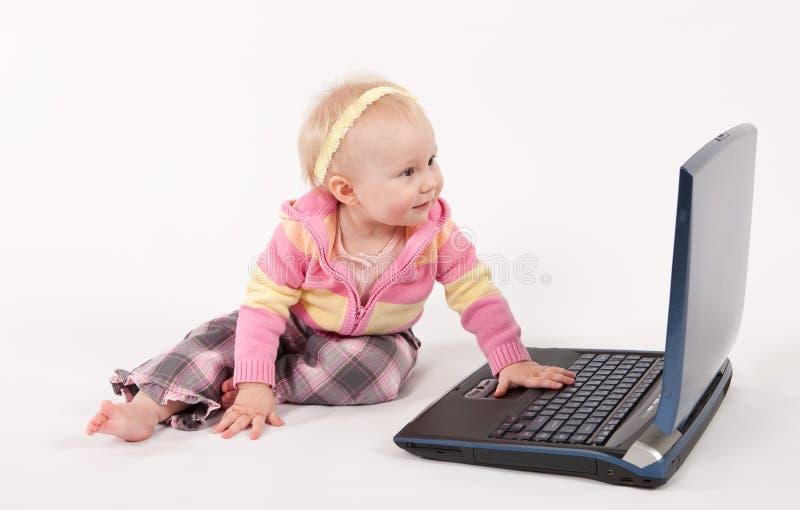 Bebê e computador fotos de stock
