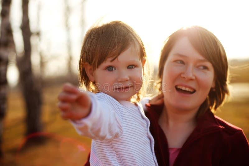 Bebê e matriz adoráveis imagens de stock royalty free