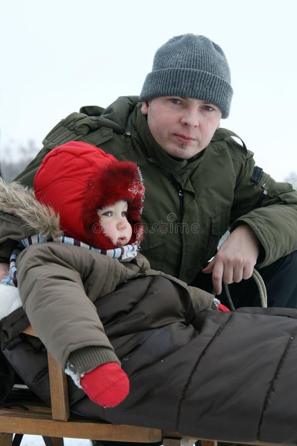 Bebê e paizinho no trenó fotografia de stock royalty free