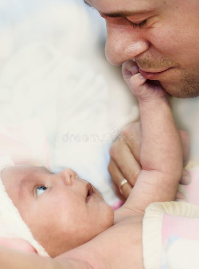 Bebê e paizinho recém-nascidos fotos de stock royalty free