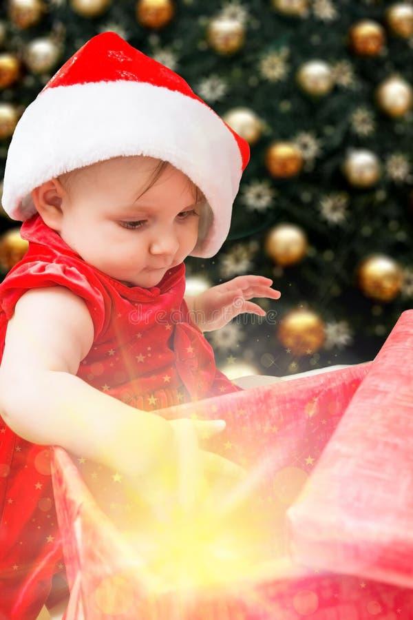 Bebê e presente do Natal foto de stock