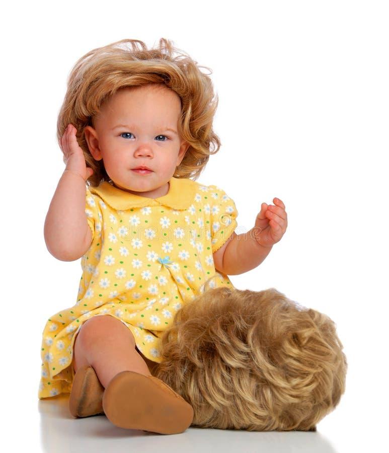 Bebê e sua peruca fotografia de stock