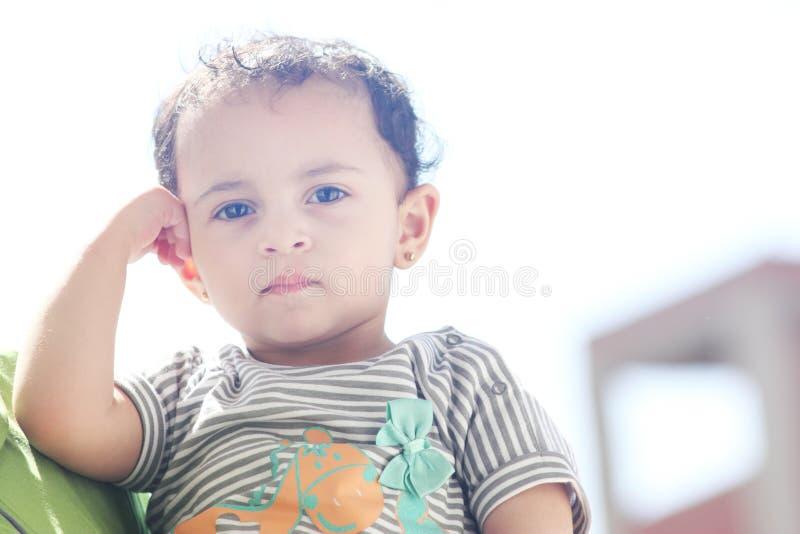 Bebê egípcio árabe de pensamento fotografia de stock royalty free