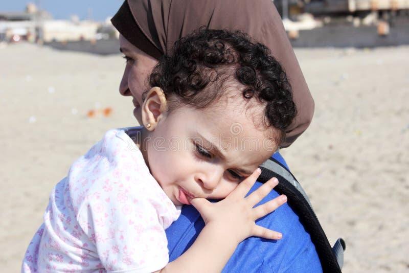 Bebê egípcio muçulmano árabe engraçado com sua mãe imagem de stock