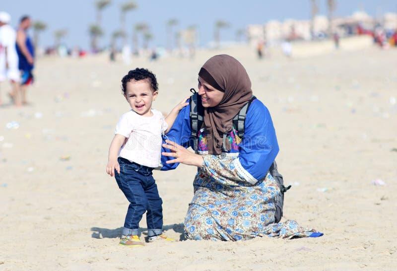 Bebê egípcio muçulmano árabe engraçado com sua mãe imagens de stock