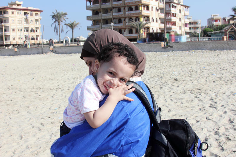 Bebê egípcio muçulmano árabe feliz engraçado com sua mãe imagens de stock