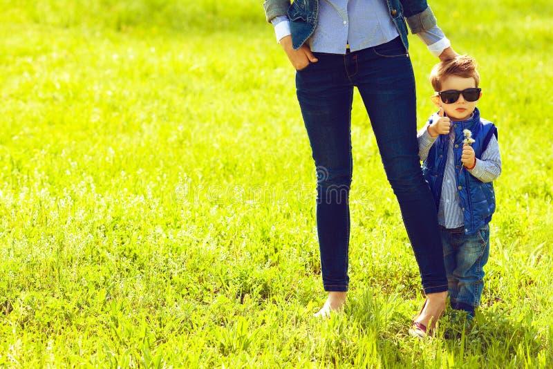 Bebê elegante em óculos de sol na moda e em sua mãe foto de stock royalty free