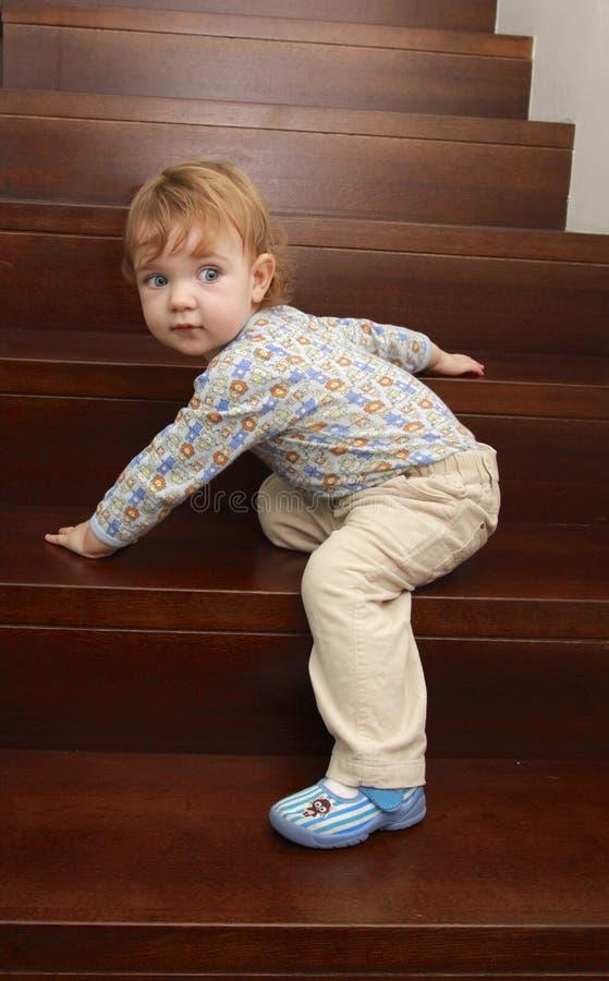 Bebê em escadas imagem de stock