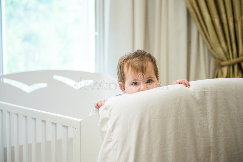 Bebê em sua cama fotografia de stock royalty free