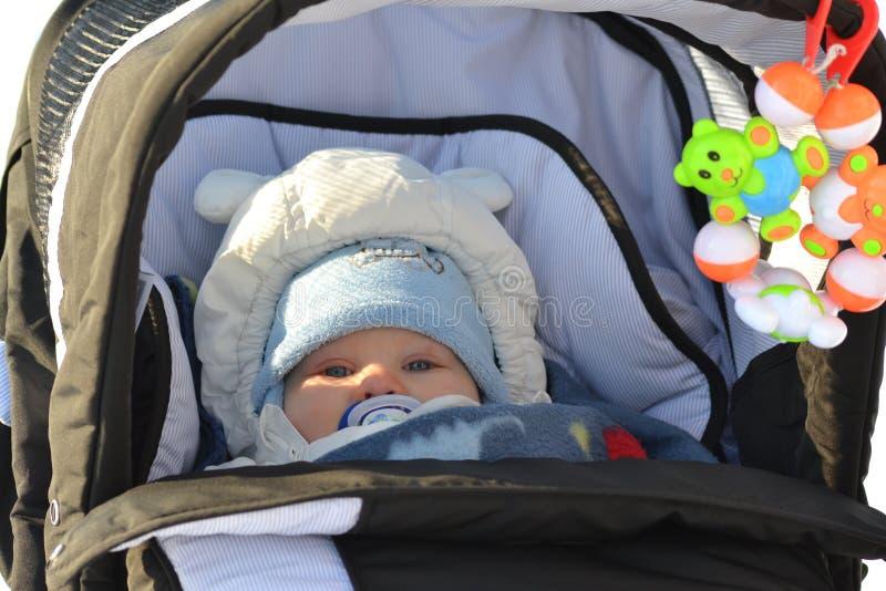 Bebê em um pram imagem de stock