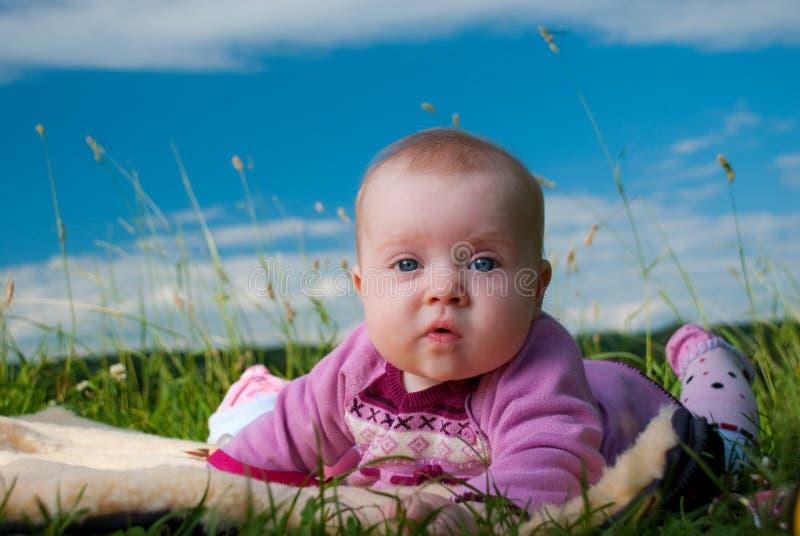 Bebê em um tapete imagens de stock