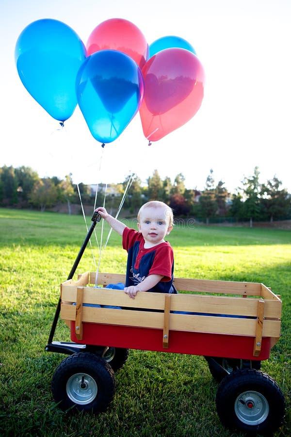 Bebê em um vagão fora foto de stock