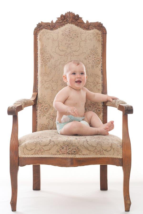 Bebê em uma cadeira antiga fotos de stock royalty free