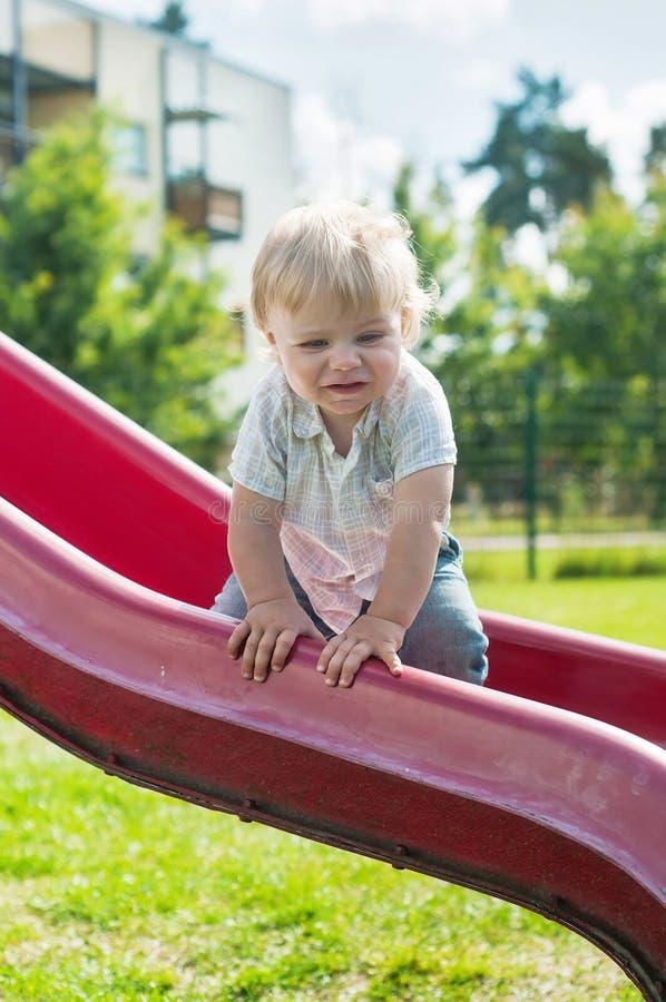 Bebê em uma corrediça imagens de stock royalty free