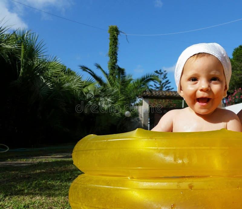 Bebê em uma piscina pequena fotos de stock royalty free