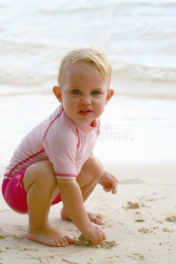 Bebê em uma praia imagem de stock royalty free