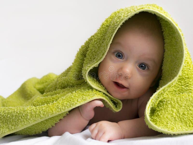 Bebê em uma toalha após o banho imagem de stock royalty free