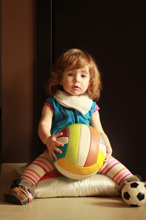 Bebê emocional que joga com uma bola em casa imagens de stock royalty free