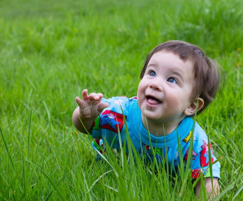 Bebê engraçado ao ar livre foto de stock royalty free