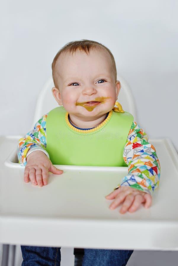 Bebê engraçado com cara durty fotos de stock