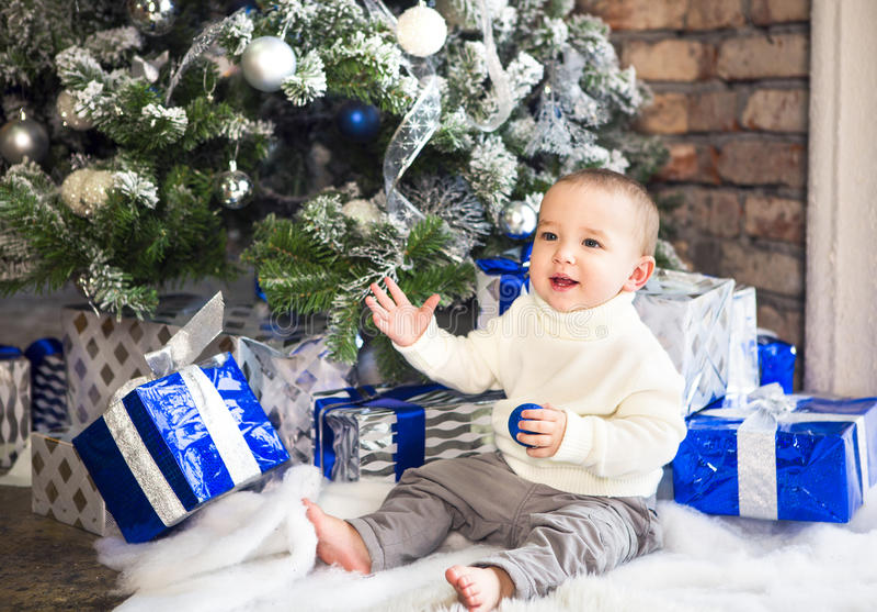 Bebê engraçado do bebê do bebê de um ano no fundo festivo brilhante fotografia de stock royalty free