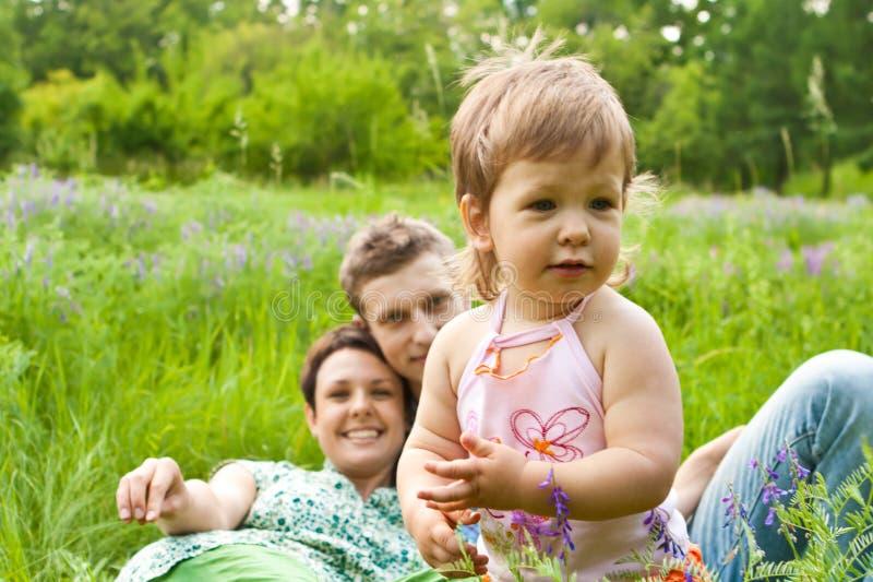 Bebê feliz com pais imagem de stock