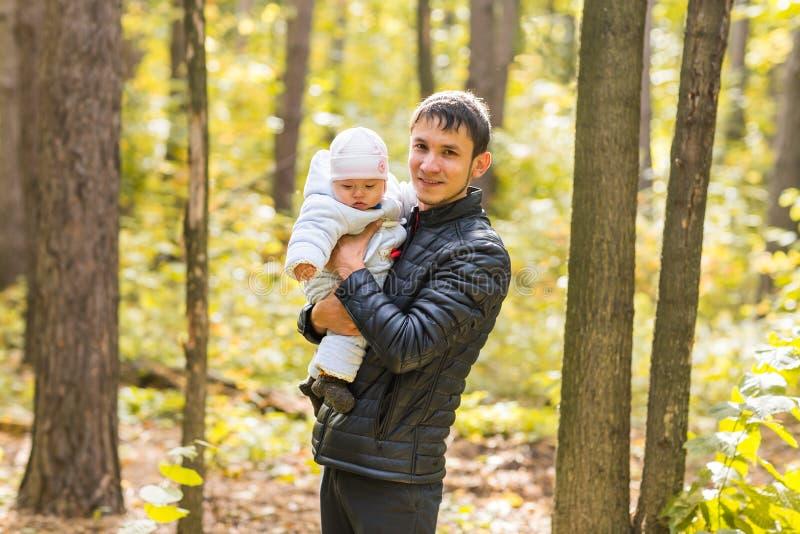 Bebê feliz com seu pai fora foto de stock royalty free