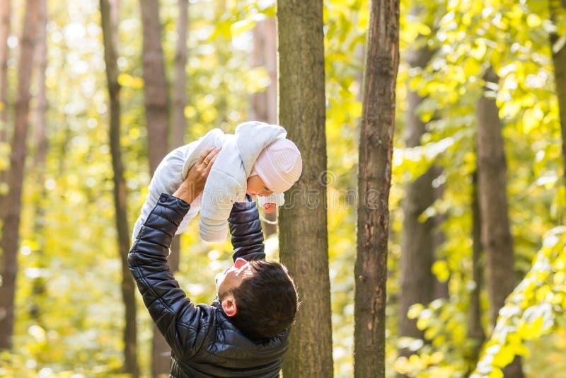 Bebê feliz com seu pai fora fotos de stock royalty free