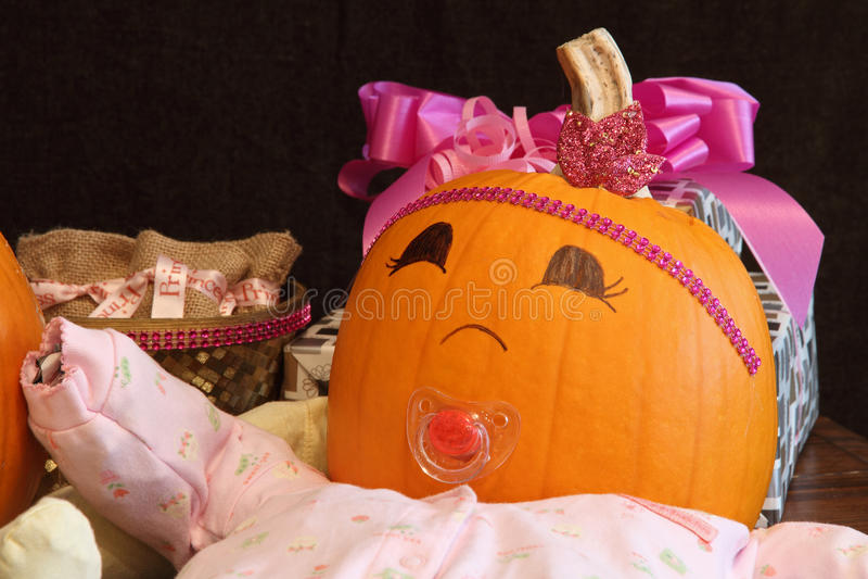 Bebê feliz da abóbora com presentes foto de stock