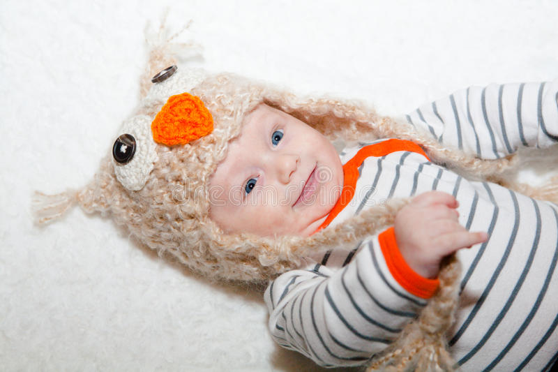 Bebê feliz de olhos brilhantes em Owl Hat fotos de stock royalty free