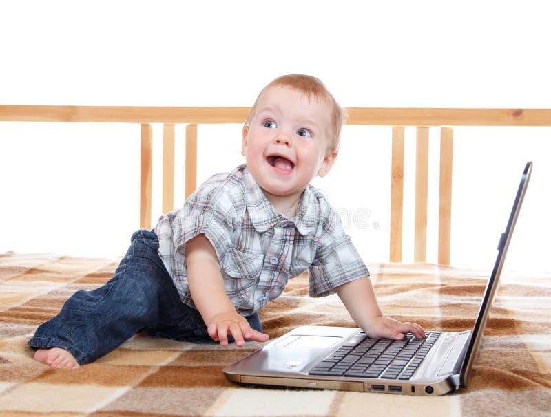 Bebê feliz de sorriso com caderno imagem de stock