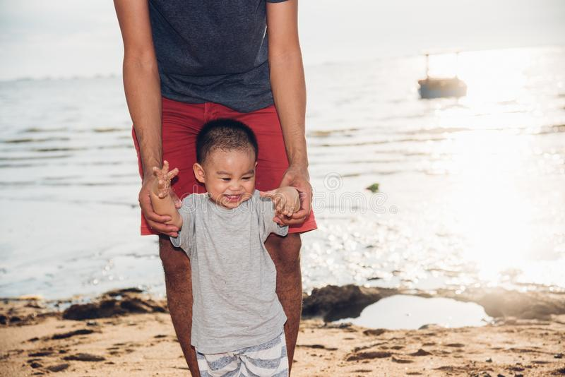 Bebê feliz e pai da família que guardam o caminhante das mãos imagens de stock