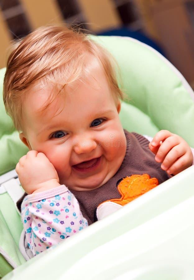 Bebê feliz na cadeira elevada foto de stock royalty free