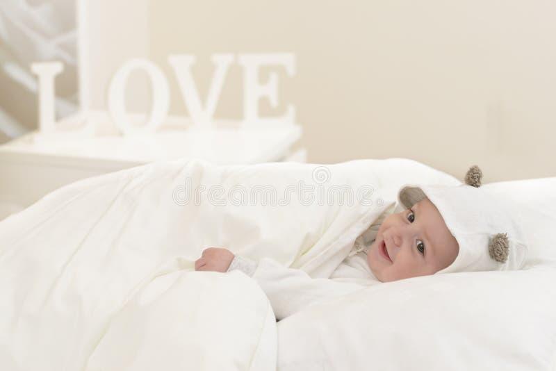 Bebê feliz na cama imagem de stock