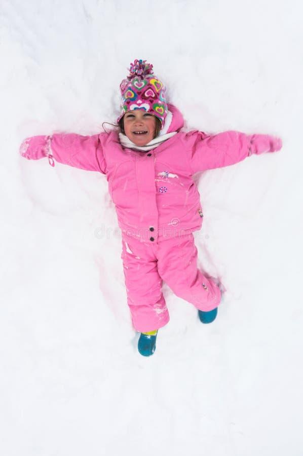 Bebê feliz na neve foto de stock
