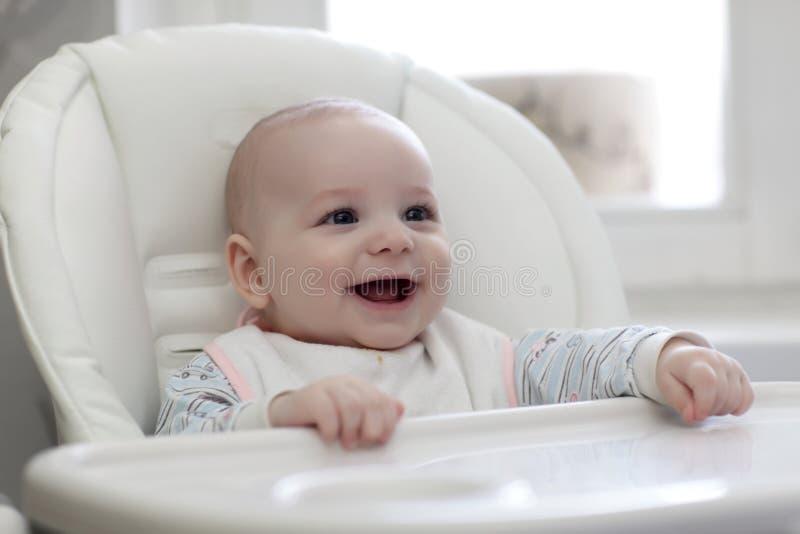 Bebê feliz no highchair fotografia de stock