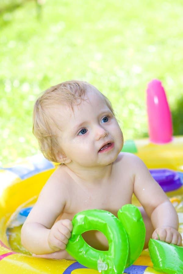 Bebê feliz no jardim fotos de stock