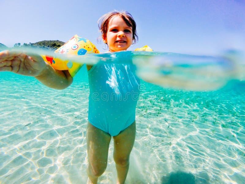 Bebê feliz no mar fotos de stock royalty free