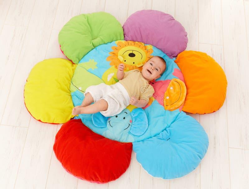 Bebê feliz no playmat fotografia de stock