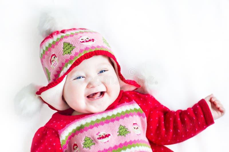 Bebê feliz no vestido vermelho com ornamento do Natal foto de stock royalty free