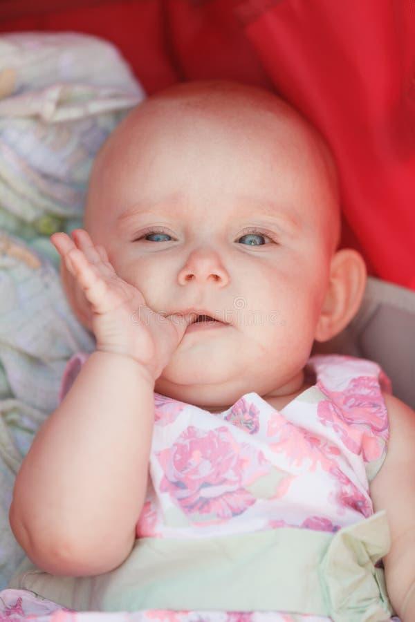 Bebê feliz pequeno no carrinho de criança fotografia de stock royalty free