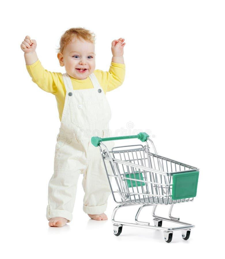 Bebê feliz que anda com carrinho de compras imagem de stock