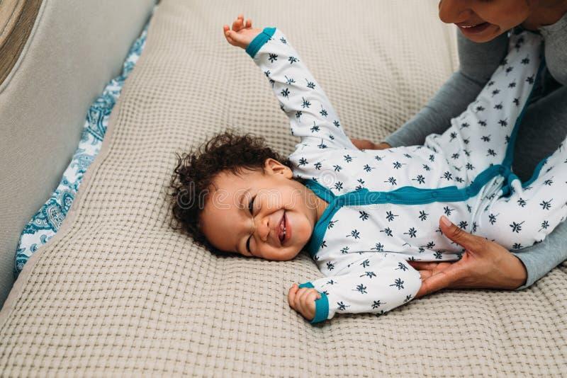 Bebê feliz que joga com mãe imagens de stock