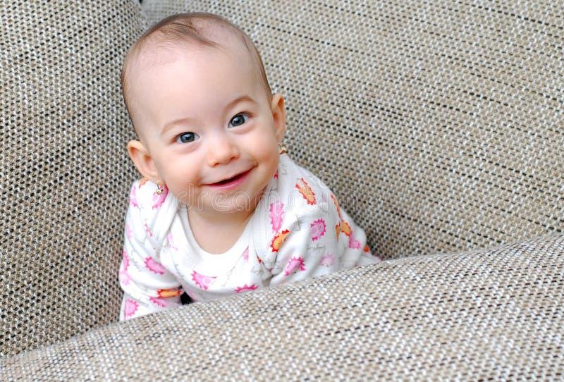 Bebê feliz que olha acima e que sorri imagem de stock