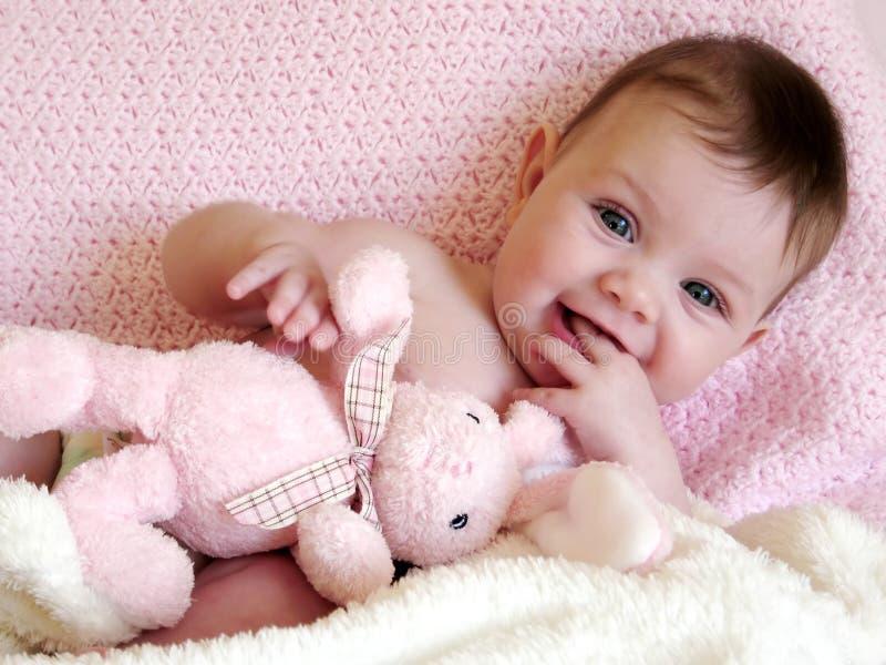 Bebê feliz que sorri com coelho