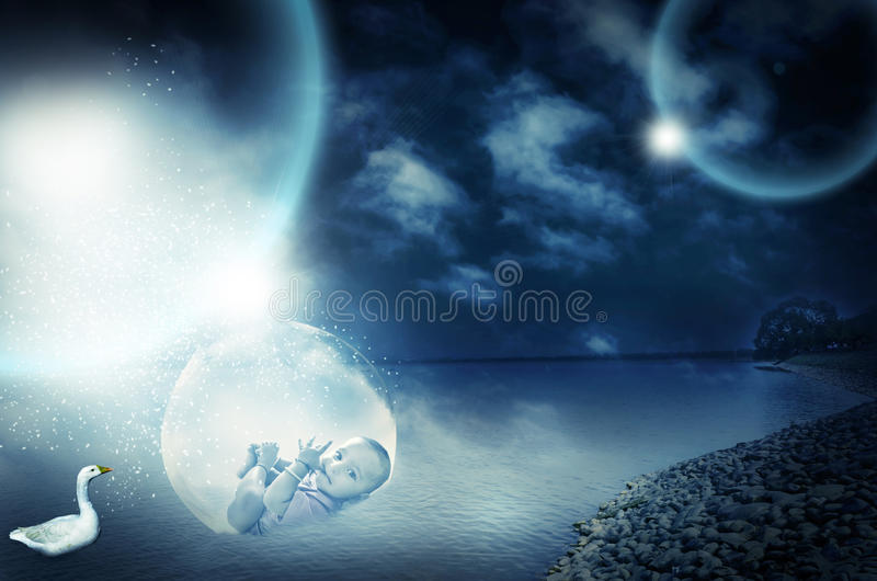 Bebê infantil mágico surreal na bacia de vidro grande imagens de stock royalty free