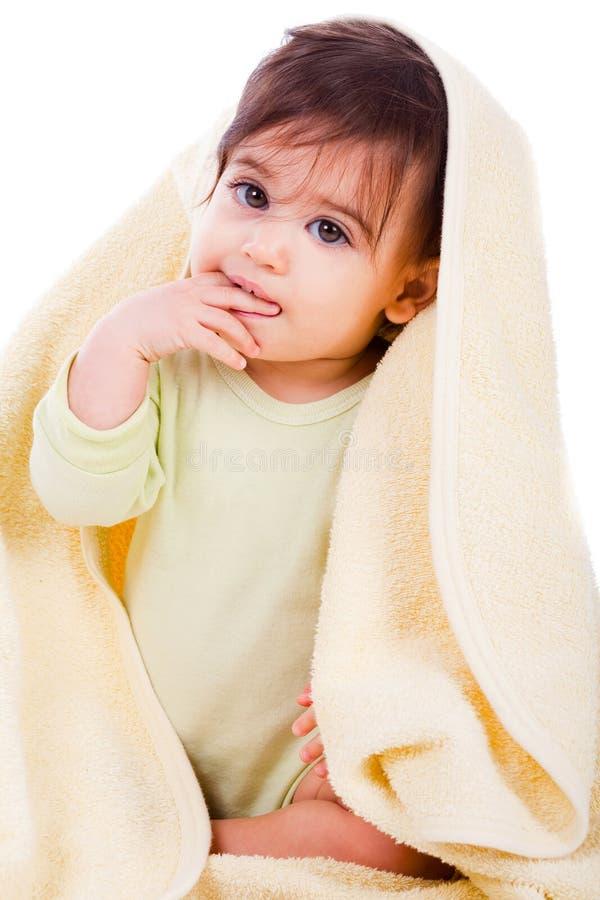 Bebê inocente envolvido com uma toalha amarela foto de stock