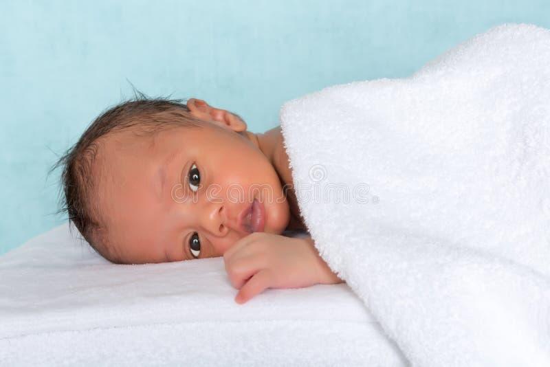 Bebê inocente sob a toalha fotos de stock