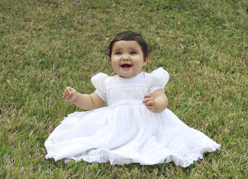 Bebê latino-americano na grama - 2 imagem de stock