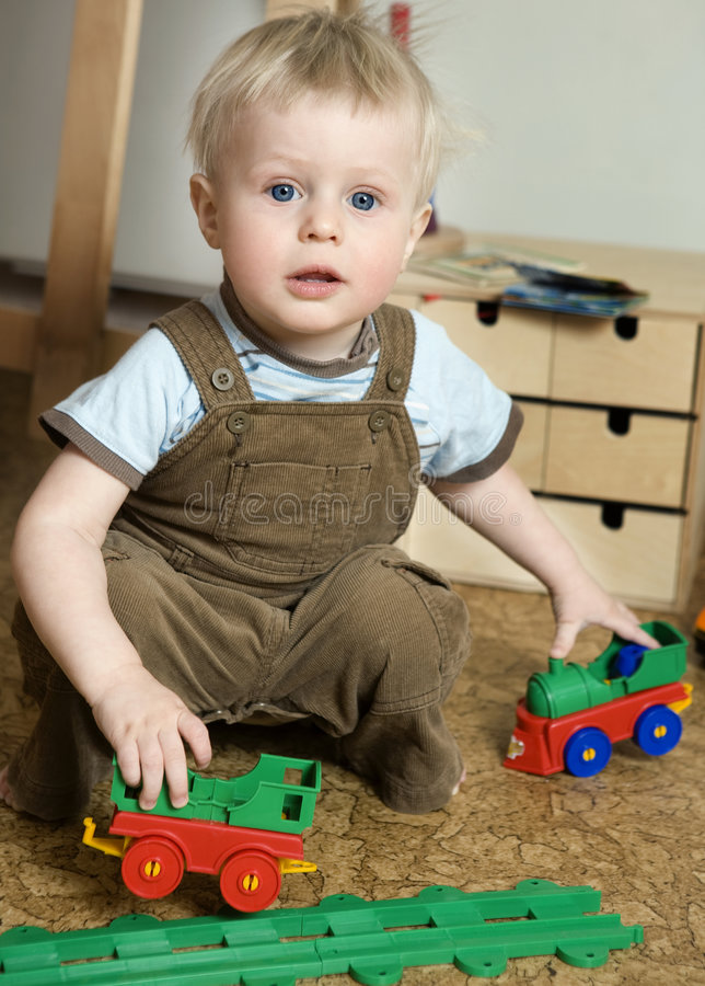 Bebê louro bonito pequeno um ano velho fotografia de stock royalty free